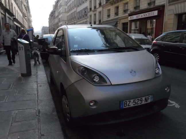 見知らぬ電気自動車