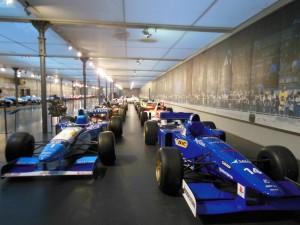 展示されている多くのレーシングマシン