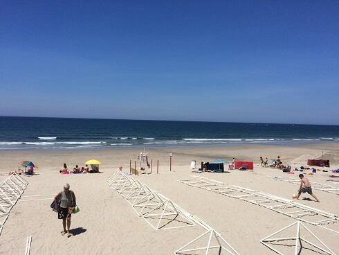 現地の案内人に連れられたビーチ